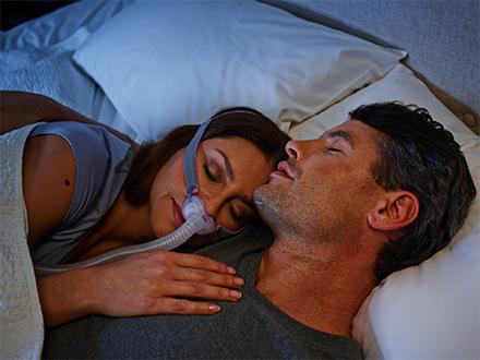 Patient-mit-minimalistischer-ResMed-AirFit-P10-Nasenpolstermaske